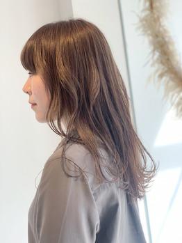 明るい髪をトーンダウンして艶アップ